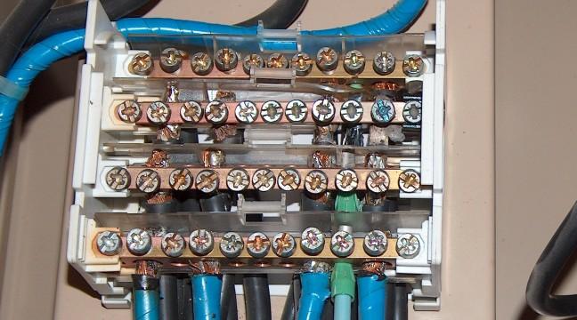 Des câbles souples raccordés sur un bornier de répartition sans embouts de câblage finissent toujours par se desserrer et provoquer un départ de feu.