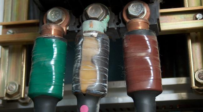 A ce stade de dégradation, le défaut de sertissage sur le câble du milieu (scotch jaune) peut provoquer un départ de feu.
